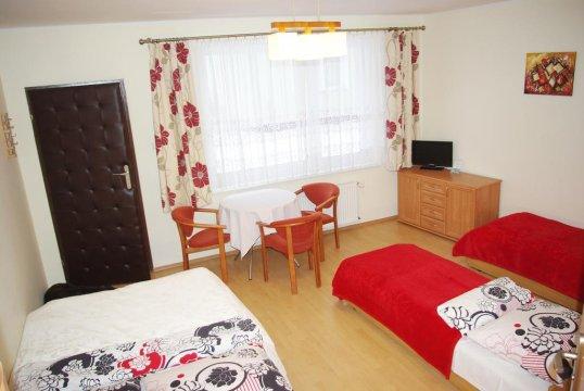 Pokój 4 - osobowy (czerwony) 1 x łóżko podwójne + 2 x łóżko pojedyncze