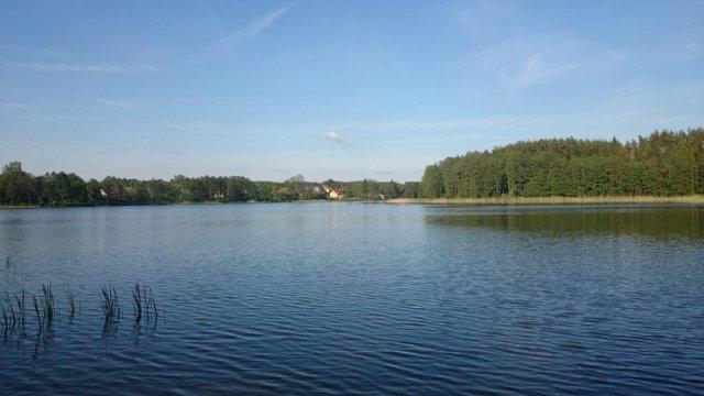 Widok z wjazdu do Kut na nasz dom - Mazurski Raj - Luksusowa Turystyka | apartamenty nad jeziorem | prywatna plaża