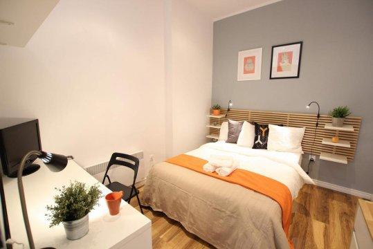 Sypialnia z bardzo wygodnym łóżkiem dwuosobowym połączona z łazienką - Apartamenty Fox