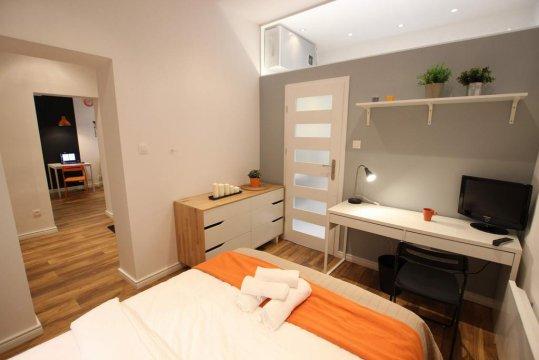W sypialni znajduję sie pojemna komoda, biurko oraz mały 24'' TV - Apartamenty Fox