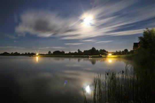 Agroturystyka Żabi Raj. Wieczorny spacer nad jeziorem.