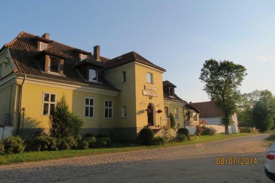 Gościniec położony przy brukowanej drodze - Folwark Łuknajno