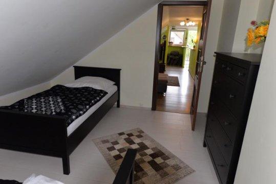 sypialnia z podwójnym łóżkiem - Apartament u Robsona na Mazurach