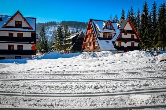 Trasa narciarska biegnąca tuż obok obiektu