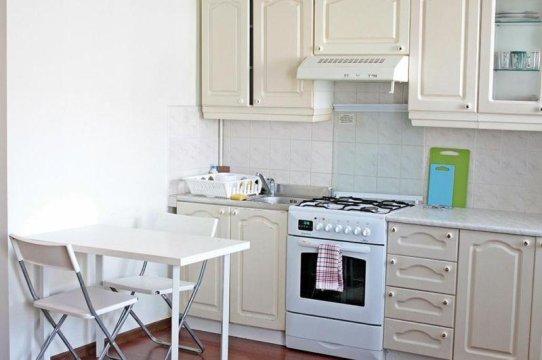 Kuchnia z pełnym wyposażeniem - garnki - talerze - sztućce - czajnik - kuchenka gazowa - lodówka