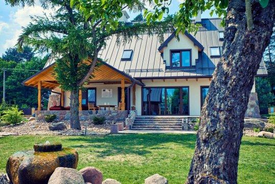 Widok na dom z tarasem