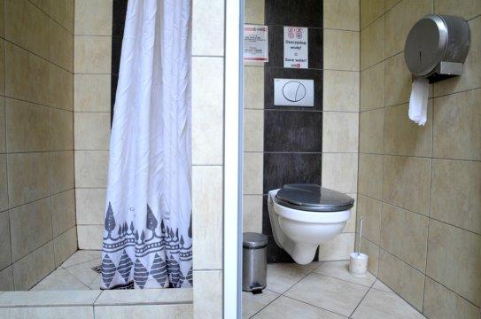 Na każdym piętrze dostępne są obszerne prysznice i toalety.