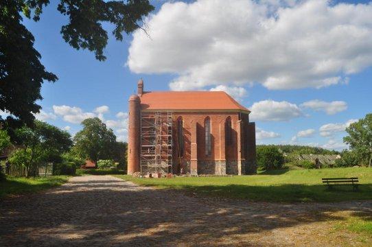 Kaplica zakonu templariuszy z XIII w. - widok z okna pokoju - Pokoje Gościnne Chwarszczany Komandoria