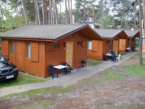 Domki 2-pokojowe z kuchniami i łazienkami, RTV, parkingiem, internetem. - -100m od morza - TANIE domki.