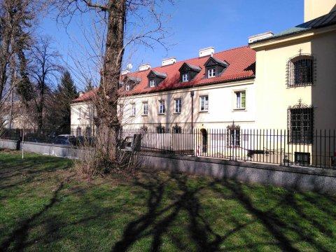 Widok z podwórka na klasztor