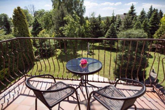 Fotel, Róża 203, pokój z balkonem i wspólną łazienką.