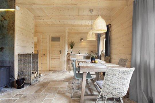 DOM PIERWSZY: Na parterze prócz komfortowej głębokiej sofy znajdą Państwo duży stół obiadowy