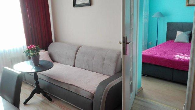Apartament-wejscie do sypialni z dużego pokoju.