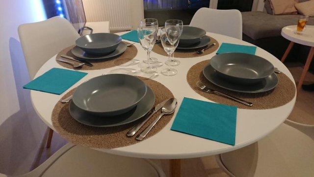 stół z zastawą