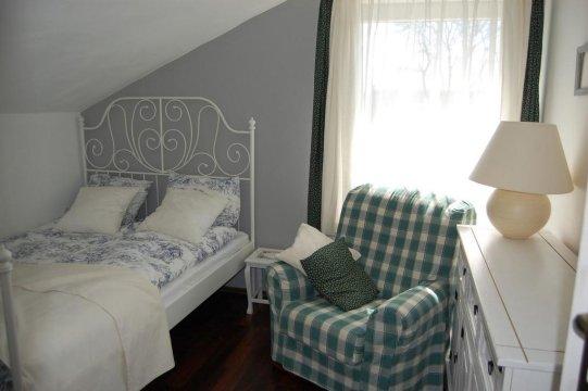 sypialnia dwuosobowa w apartamencie na piętrze