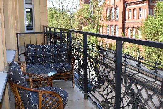 Balkon z wygodnym wypoczynkiem
