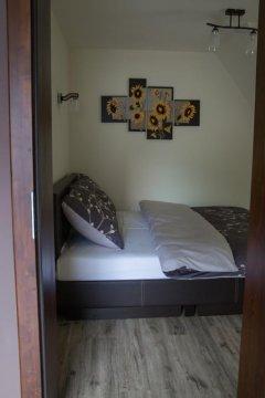 sypialnia w apartamencie krem -brąz