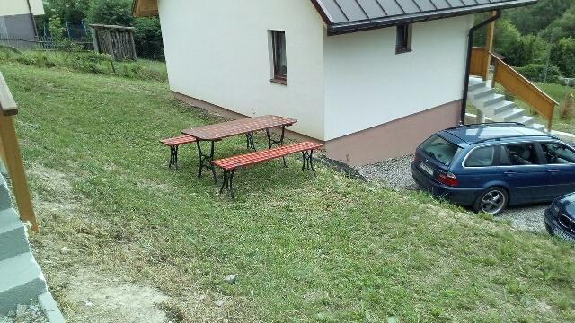 meble ogrodowe prze domkami