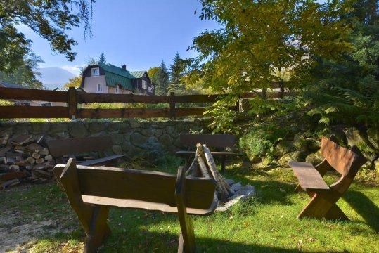 ogród - Willa Maya. Pokoje w centrum Karpacza. Duży ogród, parking, miejsce na grill