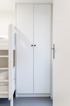 Pojemna szafa w pokoju