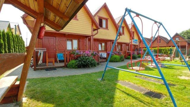 plac zabaw przed domkami