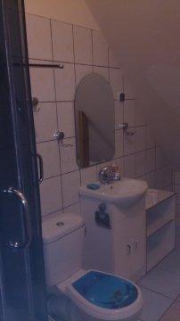 jedna z dwóch łazienek (poddasze)