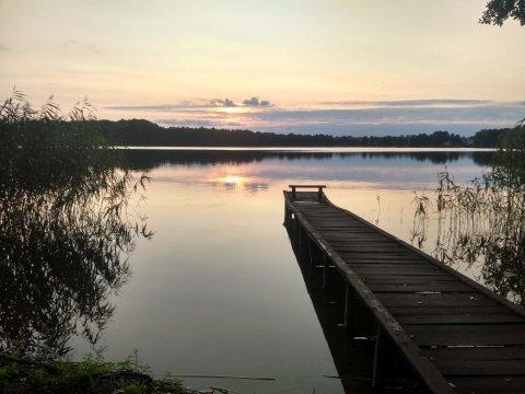 Widok z działki na pomost i jezioro. - Odrobina ciszy i spokoju