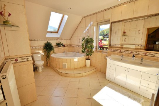 Pok.nr.1.duża łazienka z wanną 2 os,prysznic,umywalka 2 os.