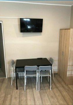 W każdym pokoju tv, wifi, lodówka, stół, szafa