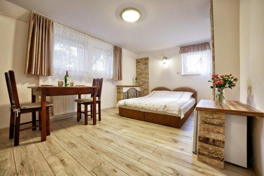 e-Stay.pl Pokój 1 lub 2 osobowy. Interesująca stylizacja pokoju z wizerunkiem klimatycznej, włoskiej uliczki.