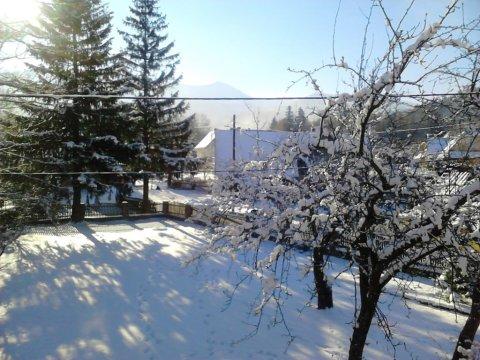 ogród zimą a widokiem na Śnieżkę