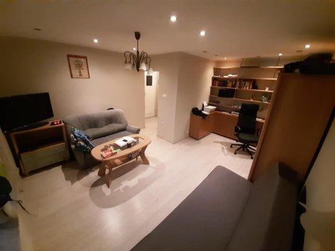 salon z dwoma sofami rozkładanymi do spania  dla 4 osób