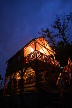 Szalka 2020 - SZALKA   Domek na wysokiej drewnianej platformie