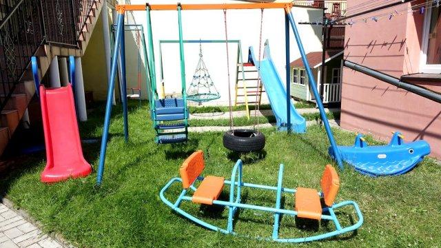 plac zabaw (huśtawki, zjeżdżalnie, domek dla dzieci, trampolina) - IZABELLA - pokoje z łazienkami, TV, wifi, kuchnia, plac zabaw- BONY TURYSTYCZNE