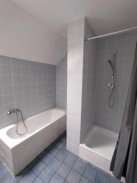 Łazienka, wanna,prysznic - Hostel z pokojami 2 i 4 osobowymi wyposażonymi w klimatyzację i wi-fi