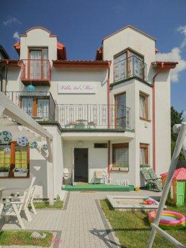 Wejście do budynku - Villa del Mar. Pokoje w willi z zielonym ogrodem, grillem i placem zabaw
