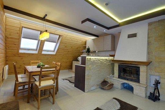 Jadalnia, salon z kominkiem, kuchnia,  duży stół.