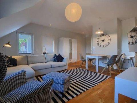 Salon z rozkładaną 2 osobową sofą. -  Apartament Viewpoint Ustroń. Idealny dla rodzin