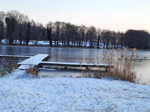 Szary domek nad jeziorem
