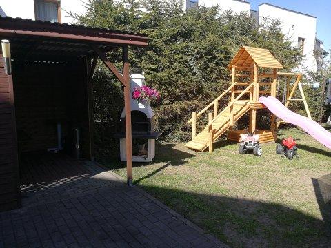 Plac zabaw dla dzieci,miejsce do grillowania. - Pokoje Gościnne Skaut