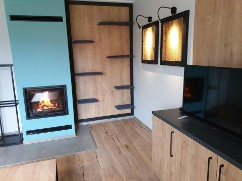 Salon z kominkiem - Apartament Stok o krok z prawdziwym kominikiem obok Czarna Góra Resort