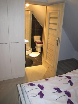 nr 5; sypialnia, łazienka