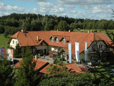 widok na główny budynek dla gości zrobiony z chatki na drzewie