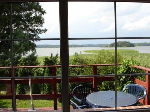 widok z salonu - Domek nad jeziorem Narie