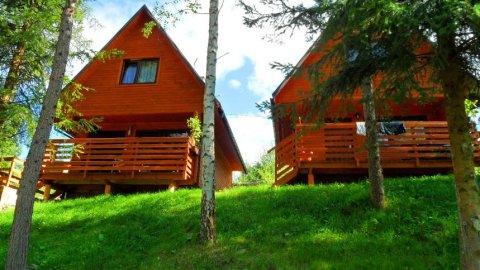 Własne kąpielisko ze zjeżdżalnią wodną. Drewniane domki z 2 sypialniami.