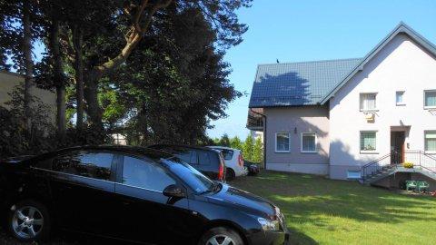 Nowa Kotwica pokoje w centrum Jastrzębiej Góry ale na uboczu wśród zieleni