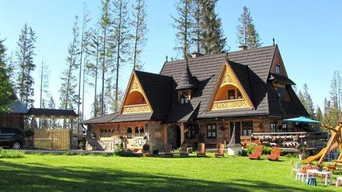 Góralskie domki z klimatem i duszą w Tatrzańskim Parku Narodowym.