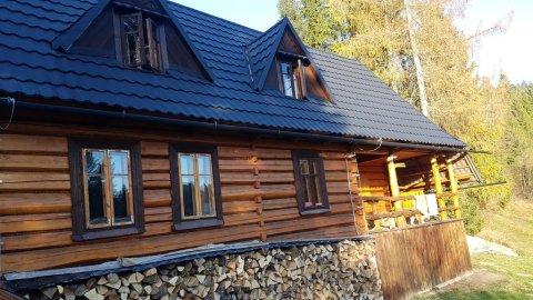 Bacówka w sercu gór. Dom z bali w Gorczańskim Parku Narodowym.