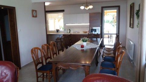 Duży i komfortowy dom z licznymi atrakcjami idealny dla rodzin z dziećmi.